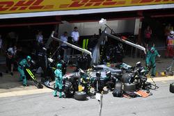 Lewis Hamilton, Mercedes-Benz F1 W08 pitstop