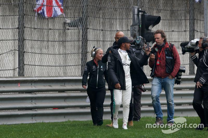 Lewis Hamilton, Mercedes AMG, toma la pista para entretener a los fans