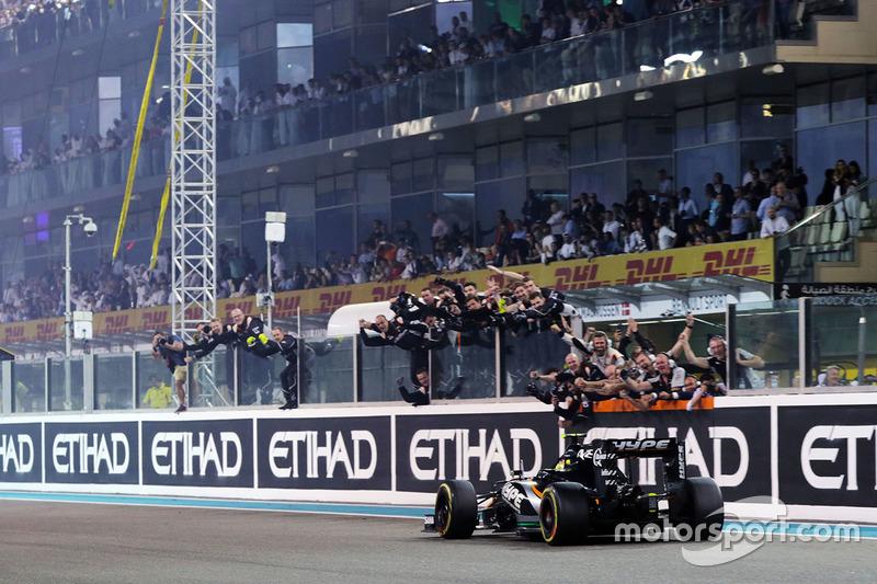 Sergio Pérez, Sahara Force India F1 VJM09 pasa al equipo en el final de la carrera en cuarta posició