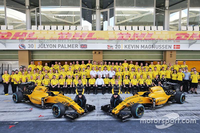 Jolyon Palmer, Renault Sport F1 Team con Kevin Magnussen, Renault Sport F1 Team en una fotografía de equipo