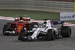 Felipe Massa, Williams FW40, precede Kimi Raikkonen, Ferrari SF70H