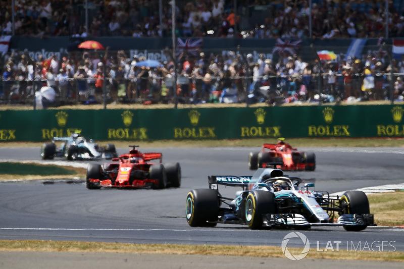 Lewis Hamilton, Mercedes AMG F1 W09, precede Sebastian Vettel, Ferrari SF71H, Kimi Raikkonen, Ferrari SF71H, e Valtteri Bottas, Mercedes AMG F1 W09