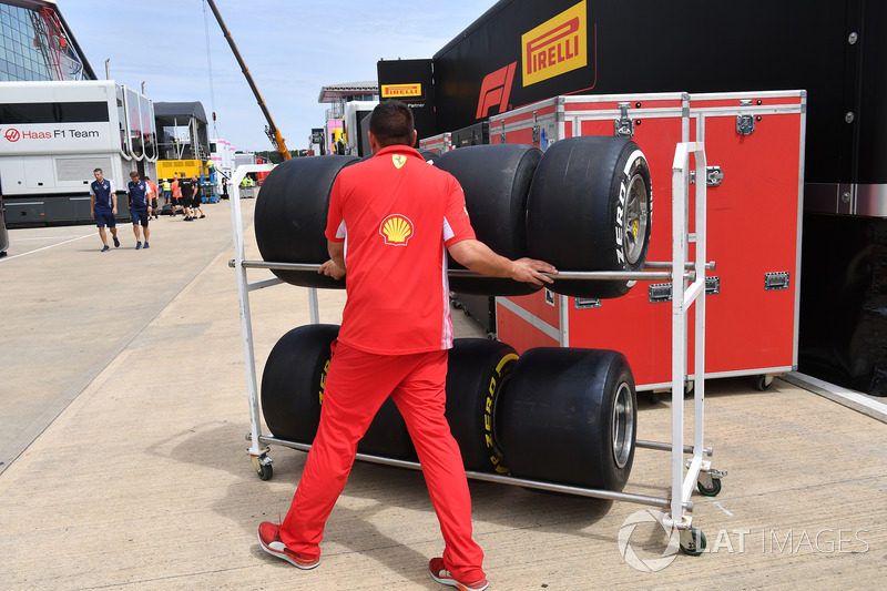 Un mécanicien Ferrari et des pneus Pirelli