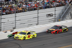 Ryan Blaney, Team Penske Ford Fusion, Martin Truex Jr., Furniture Row Racing Toyota Camry
