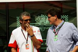 Maurizio Arrivabene, gerente de marca de Marlboro Europe habla con Louis Camilleri, director general de Altria Inc, propietario de Philip Morris