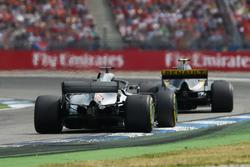 Lewis Hamilton, Mercedes AMG F1 W09, persigue a Carlos Sainz Jr., Renault Sport F1 Team R.S. 18