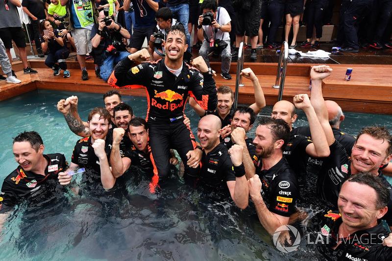 Daniel Ricciardo, Red Bull Racing et l'équipe fêtent la victoire dans la piscine de la Red Bull Energy Station