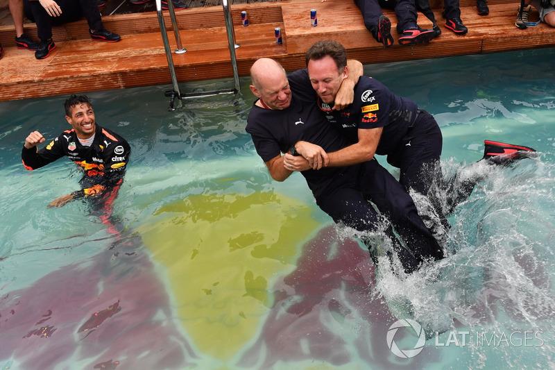 Команда Red Bull Racing празднует победу: технический директор Эдриан Ньюи и руководитель команды Кристиан Хорнер