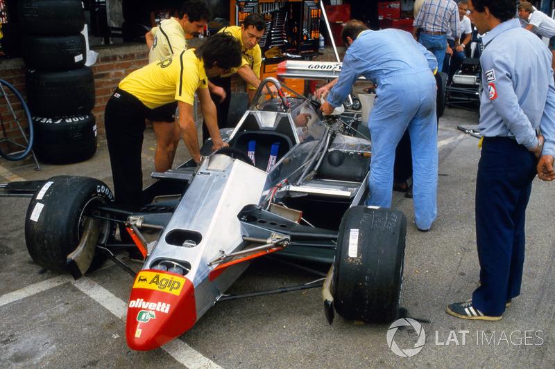 Les mécaniciens travaillent sur la Ferrari 126C2 de Didier Pironi.