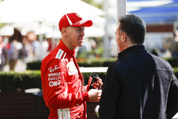 Sebastian Vettel, Ferrari, habla con Christian Horner, Team Principal, Red Bull Racing