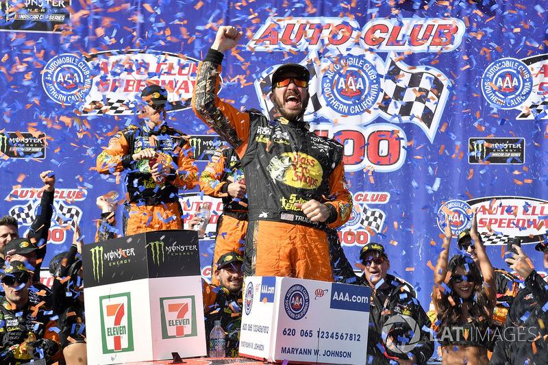 No domingo, Martin Truex Jr. voltou a vencer na NASCAR Cup, também em Fontana, e garantiu lugar nos playoffs.