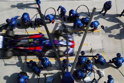 Pierre Gasly, Toro Rosso STR13 Honda, pit stop