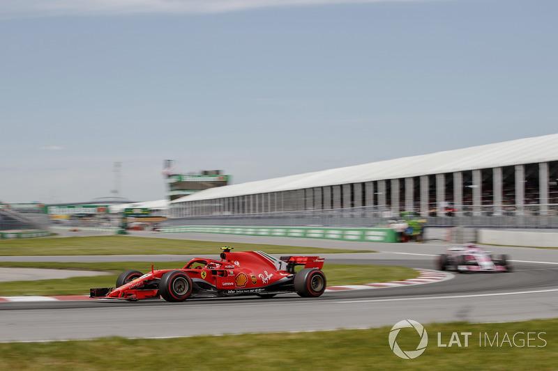 Kimi Raikkonen, Ferrari SF71H, precede Esteban Ocon, Force India VJM11