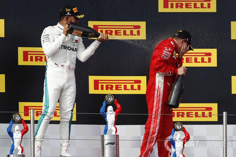 Lewis Hamilton, Mercedes AMG F1, 1° classificato, spruzza Kimi Raikkonen, Ferrari, 3° classificato, con lo Champagne, sul podio