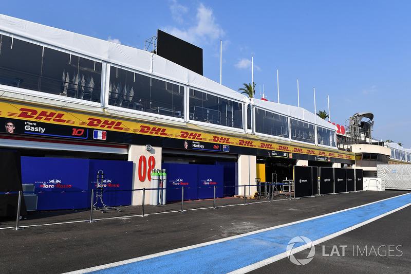 Garage della Scuderia Toro Rosso
