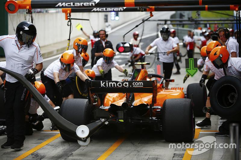 Stoffel Vandoorne, McLaren, effettua un pit stop