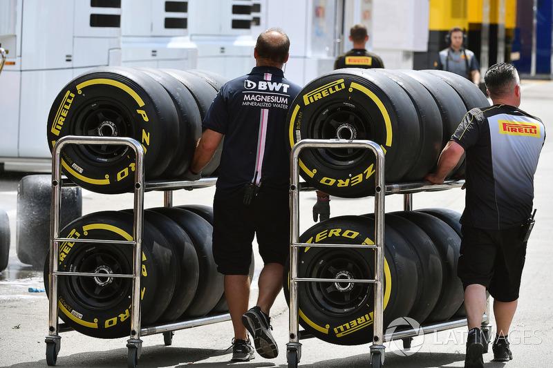 Механики Sahara Force India F1 и шины Pirelli