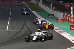 Charles Leclerc, Sauber C37, Fernando Alonso, McLaren MCL33, Esteban Ocon, Force India VJM11