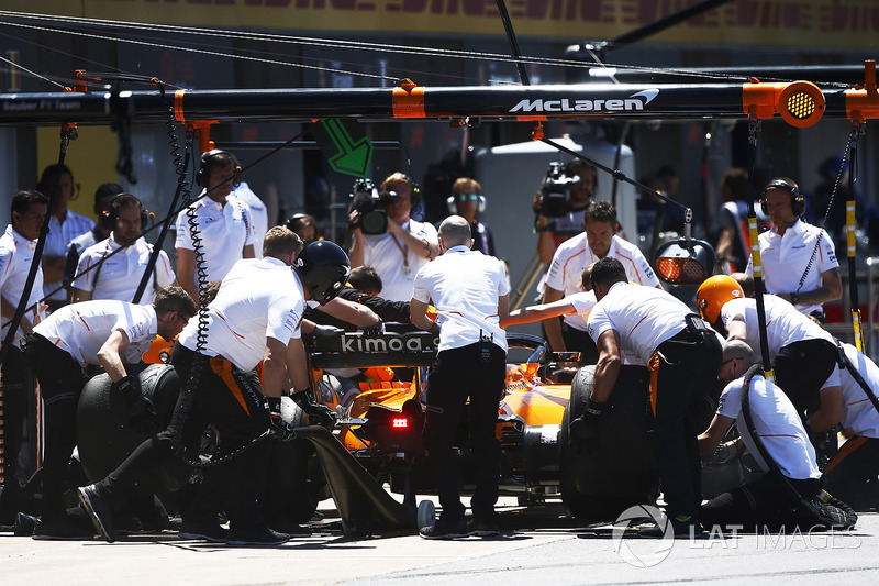 Engineers attend to Fernando Alonso, McLaren MCL33, in the pits.