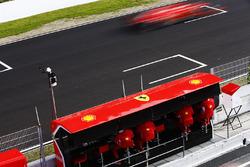 Sebastian Vettel, Ferrari SF71H, passe devant le muret des stands