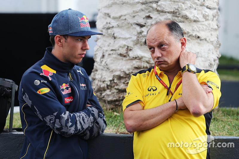 Третий пилот Red Bull Racing Пьер Гасли и гоночный директор Renault Sport F1 Фредерик Вассёр