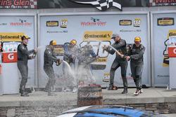 Podium: para pemenang Cameron Cassels, Trent Hindman, Bodymotion Racing, peringkat kedua Tyler McQua