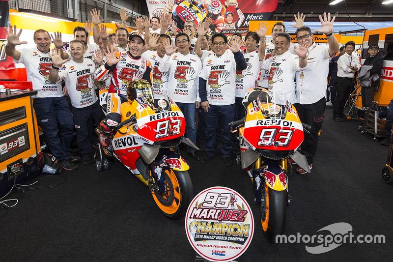 1. Marc Marquez, Repsol Honda Team, feiert mit dem Team