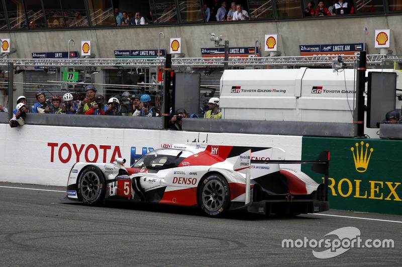 #5 Toyota Racing Toyota TS050 Hybrid: Anthony Davidson, Sébastien Buemi, Kazuki Nakajima se para en la pista en la última vuelta