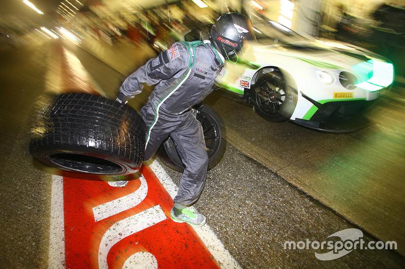 Bentley Team M-Sport pitstop