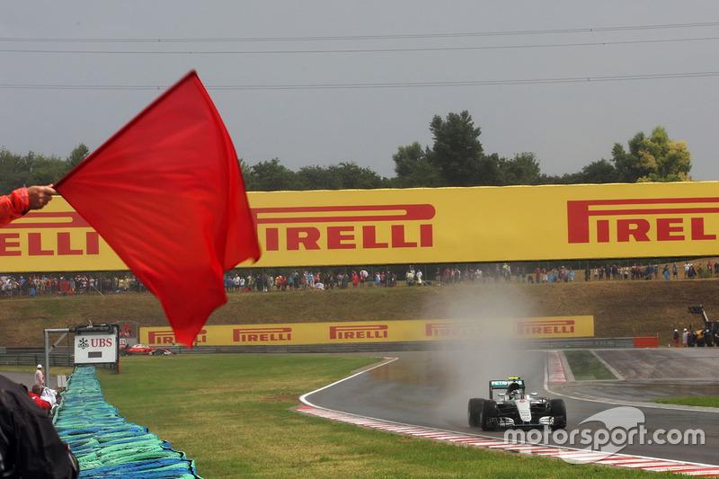 Vorbei an einer roten Flagge: Nico Rosberg, Mercedes AMG F1 W07 Hybrid