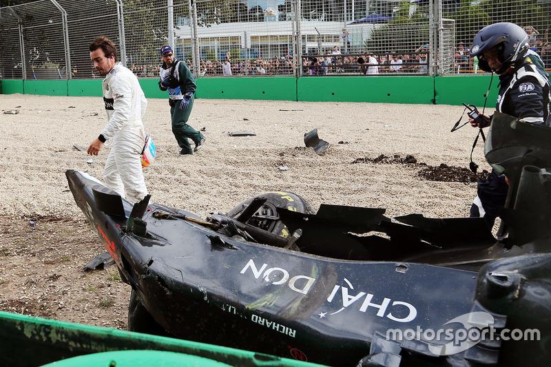 Fernando Alonso osserva la McLaren MP4-31 dopo l'incidente