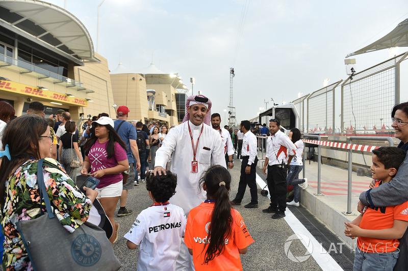 Shaikh Salman bin Isa Al Khalifa, Chief Executive of Bahrain International Circuit with fans at the pit lane walkabout