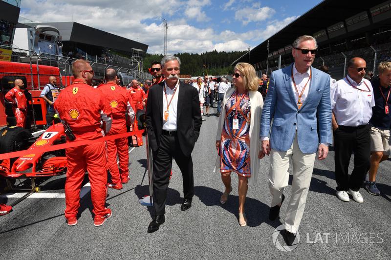Chase Carey, directeur du Formula One Group et Sean Bratches, manager commercial de la Formule 1, sur la grille