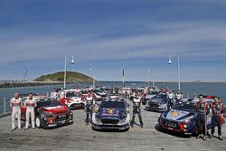 Foto de grupo de coches y pilotos