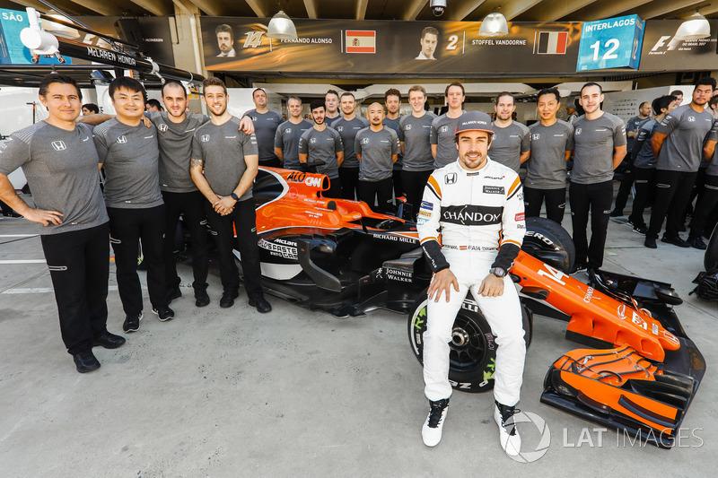 Fernando Alonso, McLaren, con el equipo McLaren en la foto de grupo
