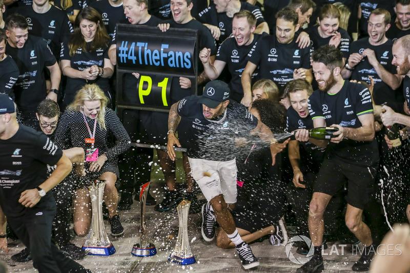 Valtteri Bottas, Mercedes AMG, Lewis Hamilton, Mercedes AMG y el equipo celebran
