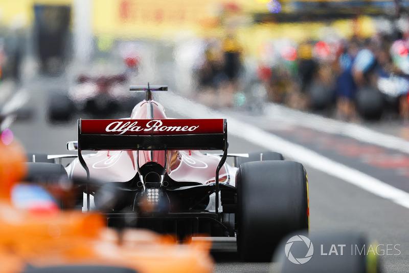 Marcus Ericsson, Sauber C37, in the pit lane