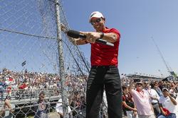 Grand Marshal, Helio Castroneves, Team Penske Chevrolet, meldt dat de motoren mogen worden gestart