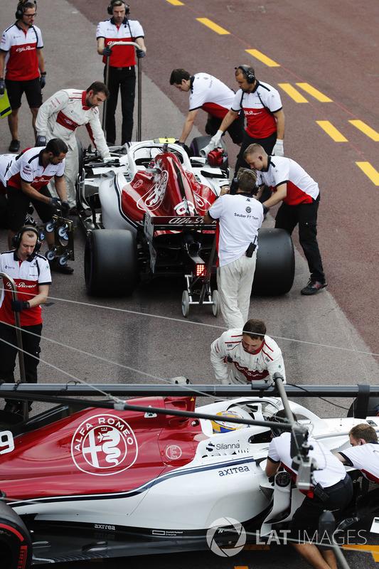 Meccanici Sauber al lavoro sulle monoposto di Marcus Ericsson Sauber C37 e Charles Leclerc Sauber C37