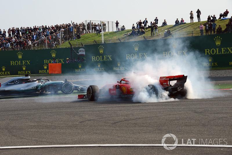Sebastian Vettel, Ferrari SF71H va in testacoda dopo il contatto con Max Verstappen, Red Bull Racing RB14 mentre transita Lewis Hamilton, Mercedes-AMG F1 W09 EQ Power+