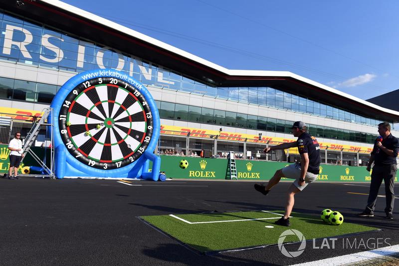 Max Verstappen, Red Bull Racing joue au football darts