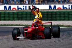 Michael Schumacher, Ferrari gives Giancarlo Fisichella, Jordan a lift back