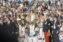 Podium: race winner Jackie Stewart, March, second place Bruce McLaren, McLaren, third place Mario Andretti, March
