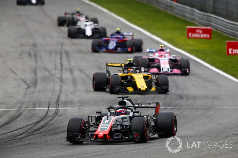 Romain Grosjean, Haas F1 Team VF-18, lidera Carlos Sainz Jr., Renault Sport F1 Team RS 18, Esteban Ocon, Racing Point Force India VJM11, y Pierre Gasly, Toro Rosso STR13
