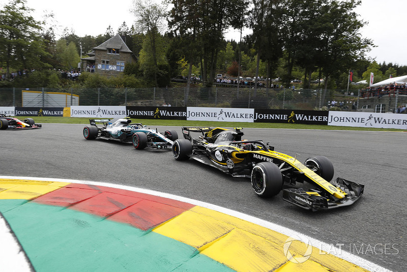 Carlos Sainz Jr., Renault Sport F1 Team R.S. 18., leads Valtteri Bottas, Mercedes AMG F1 W09