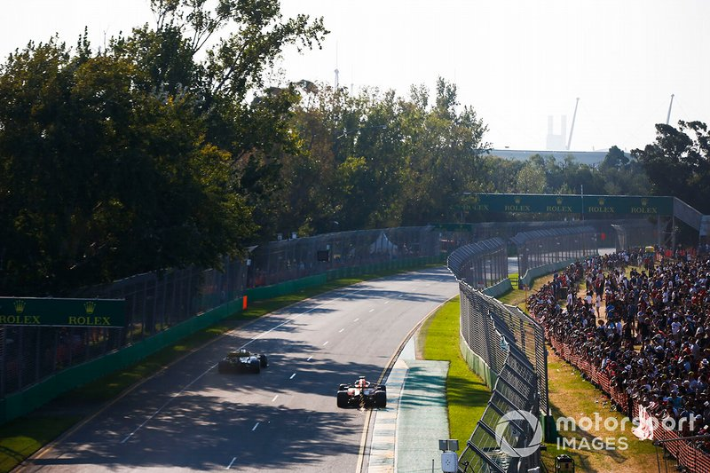 Daniel Ricciardo, Renault F1 Team R.S.19, Pierre Gasly, Red Bull Racing RB15