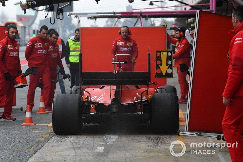 Sebastian Vettel, Ferrari SF90 y mecánicos de Ferrari con paneles para tapar su coche de la vista de los curiosos