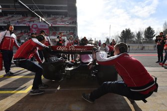 Alfa Romeo Racing mechanics and Kimi Raikkonen, Alfa Romeo Racing C38