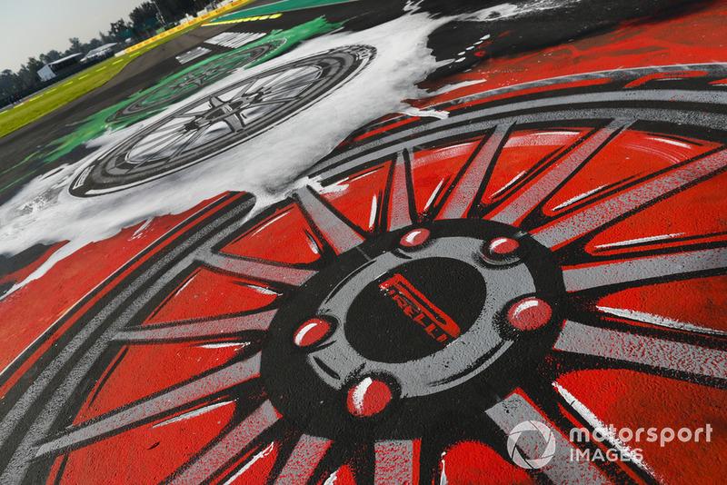 Le logo Pirelli dans une zone de dégagement