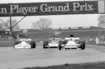 John Nicholson Lyncar 006 (auto no 50) lleva a Lella Lombardi March 751 (auto no 10) y Tony Trimmer Safir Cosworth (auto no 52)